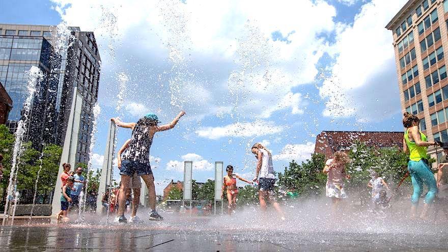 Ciudadanos combaten en una fuente la ola de calor extremo que asola Canadá y EEUU.