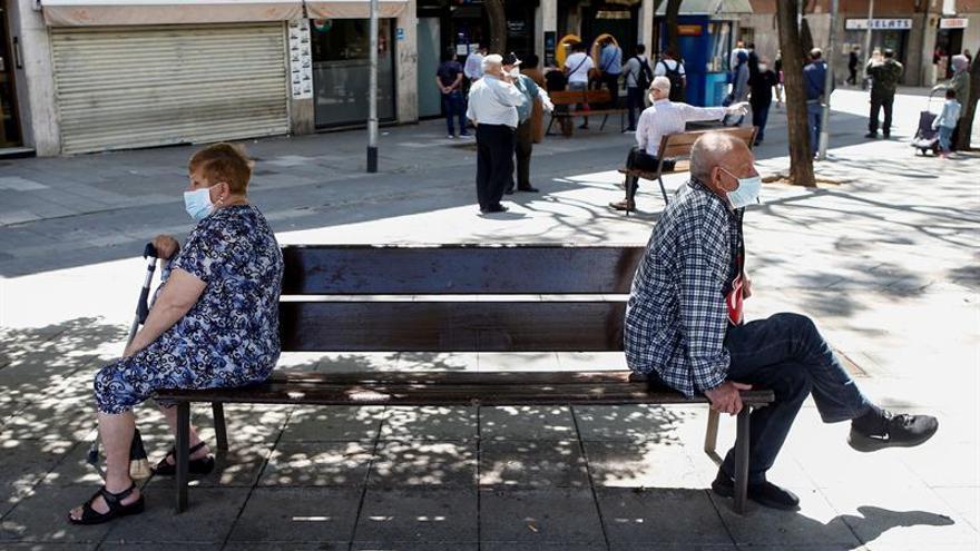 Dos ancianos sentados en un banco de Barcelona, el pasado 16 de mayo.