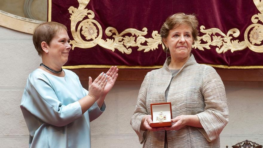 Uxue Barkos agradece su trabajo y generosidad a los galardonados con la Cruz de Carlos III el Noble