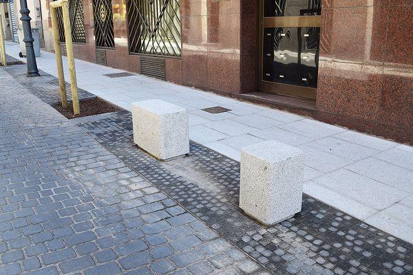 Asientos instalados en la calle Hernán Cortés | Fotografía: Ayuntamiento de Madrid