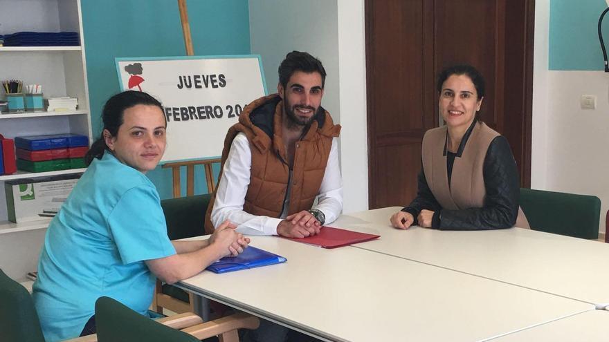 Jovita Monterrey (d), consejera de Asuntos Sociales del Cabildo de La Palma, y dos responsables de AFA La Palma.
