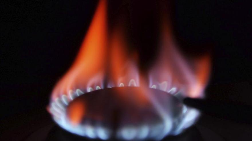 El Gobierno anuncia que la luz bajará un 2,8 % y el gas un 3 % en enero