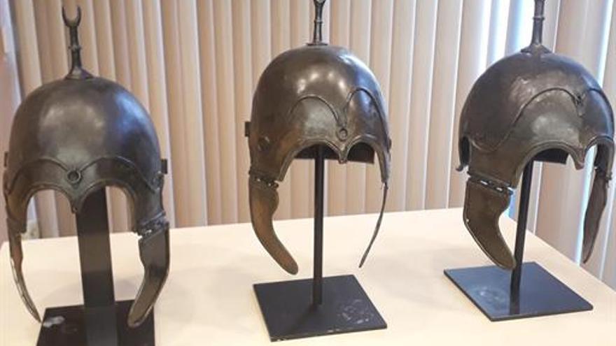 Tres de los cascos celtíberos entregados en París a España.