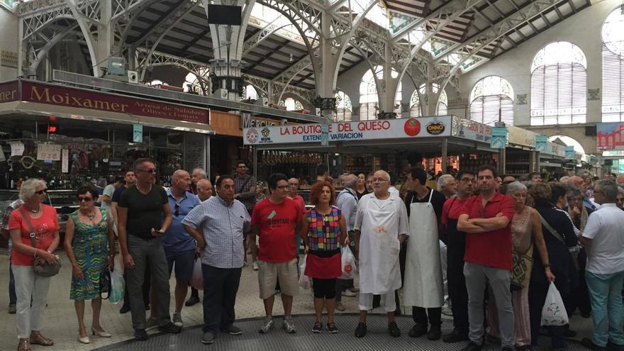 Los vendedores del Mercado de Central durante el apagón de 2 minutos realizado a modo de protesta