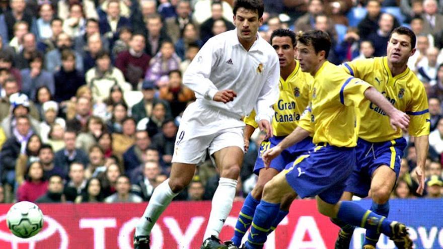 Morientes pugna con un balón contra Ángel, Josico y Schürrer en el encuentro entre el Real Madrid y la UD Las Palmas disputado en el Santiago Bernabeu en la temporada 2001/2002, cuando perdió por 7 a 0.