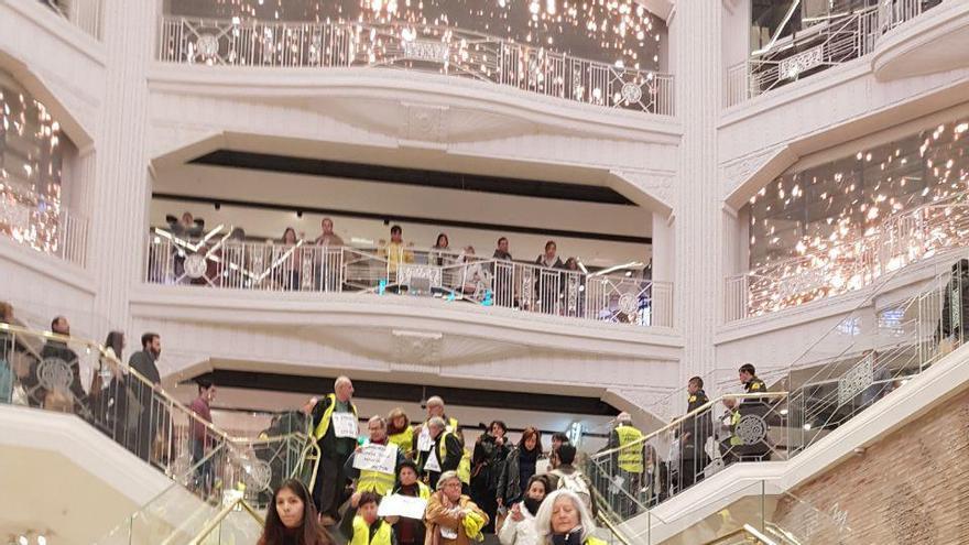 Activistas de los Yayoflautas en el interior del Primark de la Gran Vía de Madrid