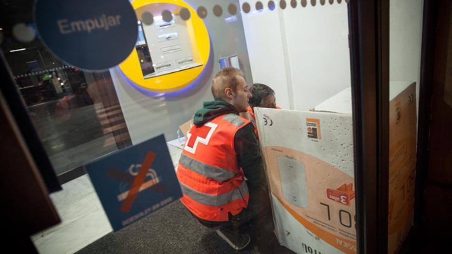 Ayudando a Iván, un búlgaro que llegó hace cinco meses a Zaragoza.