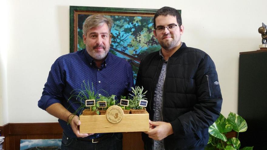 El consejero de Nuevas Tecnologías del Cabildo de La Palma, Jorge González, y  uno de los responsables de Biosfera Escuela.