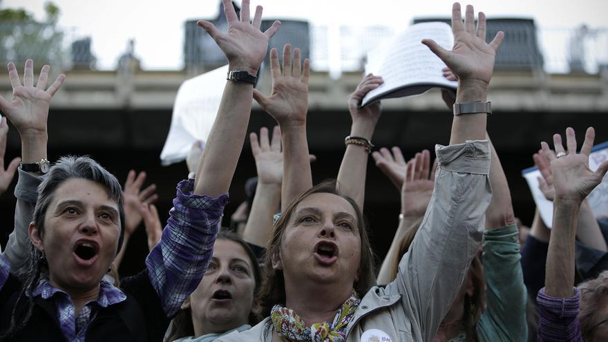 Manifestantes alzan sus manos contra la troika en la marcha de Madrid