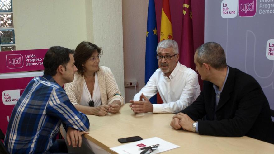 César Nebot, candidato de UPyD, con miembros de la Marea Blanca de Murcia