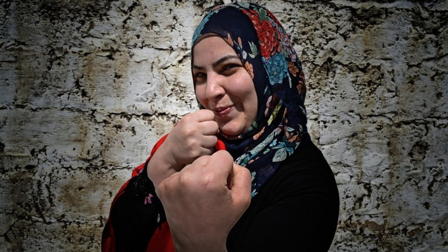 """Rawand de 29 años es traductora: """"En un mundo de conflictos, puede ser complicado sobrevivir así que ser fuerte se convierte en una necesidad. Gaza te enseña a vivir la vida al máximo. No puedes sobrevivir si eliges ver el lado equivocado. Los que vivimos en aquí tratamos de buscar el aspecto positivo y aprender de lo que hay, de las masacres, de la pobreza, pero también de la alta tasa de educación que tenemos. Deseo que tengamos todos los derechos humanos básicos, como la libertad de pensamiento, libertad para viajar, todos los derechos humanos más sencillos, eso es todo"""". Fotografía: Ovidiu Tataru."""