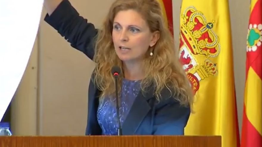 La alcaldesa de Castelló, Amparo Marco, muestra una lista con los logros de su gobierno.
