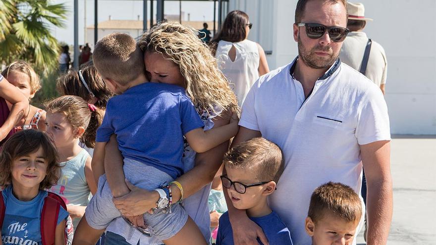 Cristian en brazos de su madre junto a su padre y hermano | MADERO CUBERO