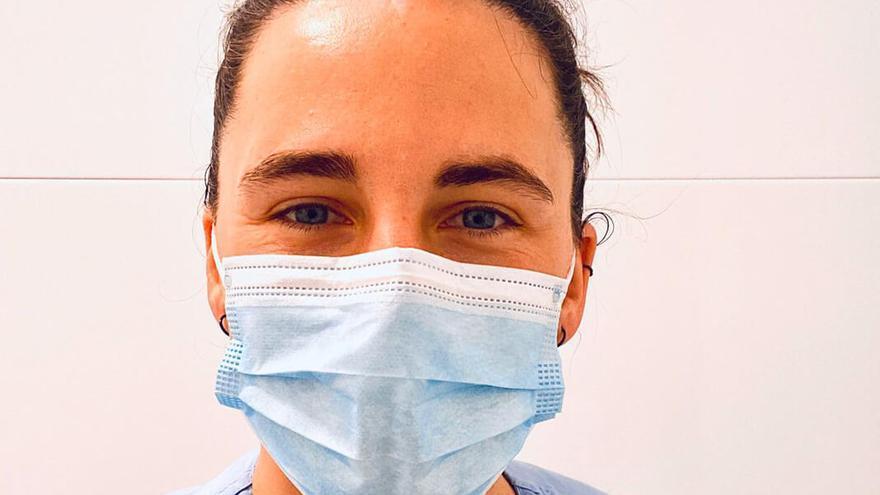 Oihana Aldai, en una jornada laboral como enfermera.