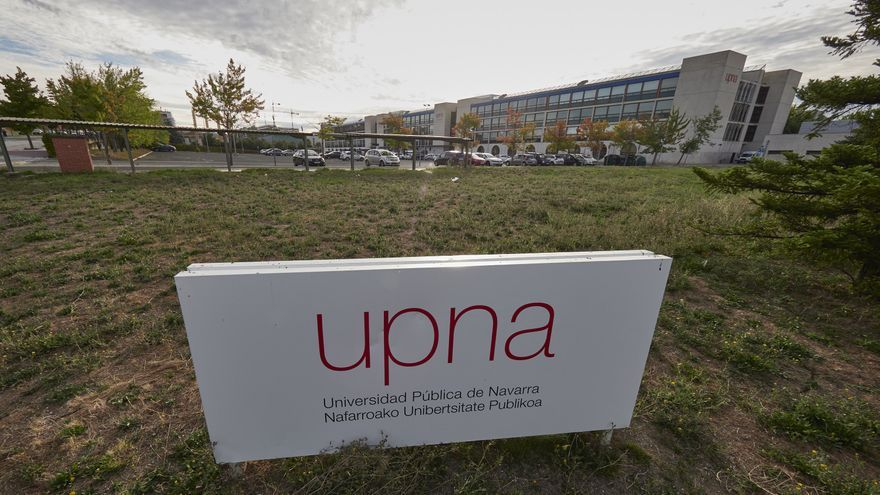 Archivo - Letrero de la UPNA en las instalaciones de la Universidad