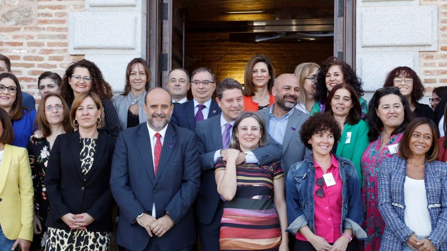 Foto del Gobierno, diputados y colectivos feministas tras el pleno