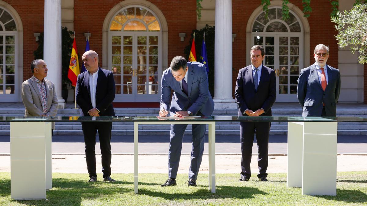 El presidente del Gobierno, Pedro Sánchez, firma el primero pacto de pensiones junto al presidente de la CEOE, Antonio Garamendi (2d), el secretario general de UGT, José María Álvarez Suárez (i), el secretario general de CCOO, Unai Sordo (2i), y el vicepresidente de CEPYME, Santiago Aparicio (d), este jueves en Moncloa..