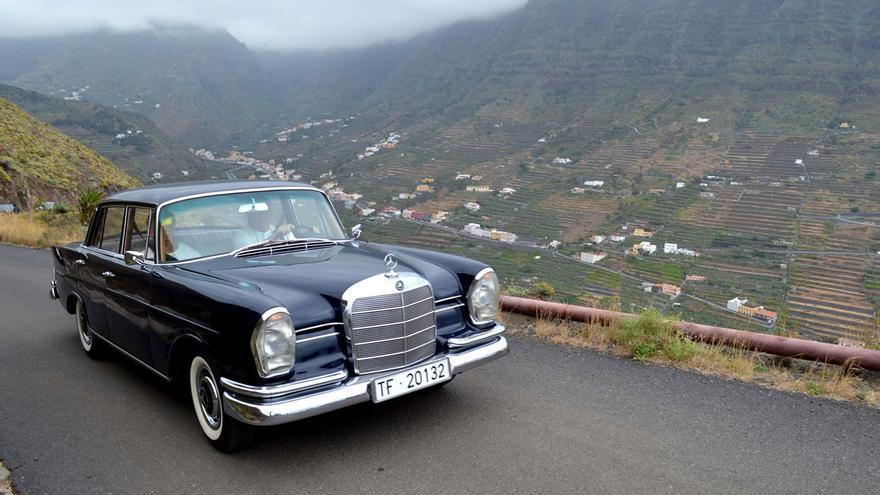Instantánea de una ruta de vehículos clásicos en el Valle de Hermigua