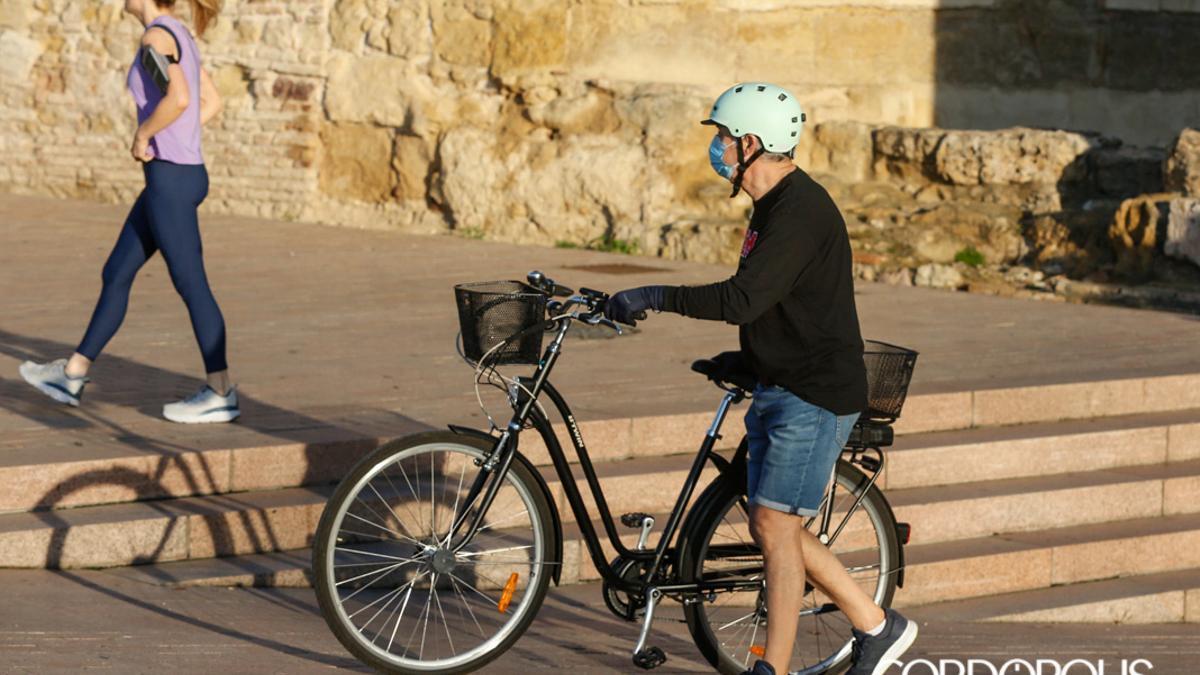 Un usuario de bicicleta en Córdoba | ÁLEX GALLEGOS