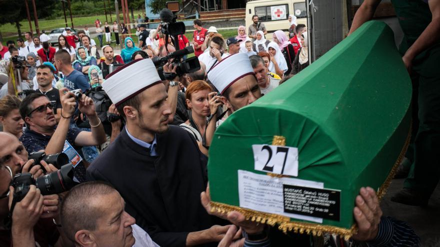 Las víctimas que se entierran cada año son trasladadas desde Tuzla, donde se encuentra el centro de análisis de ADN, hasta Visoko, donde se introducen en los ataúdes verdes. Desde allí se transportan en camión hasta Srebrenica Potoçari, pasando por Sarajevo. Sus familiares ayudan a sacarlas del camión tras su llegada al memorial el día 9 de julio. / César Dezfuli