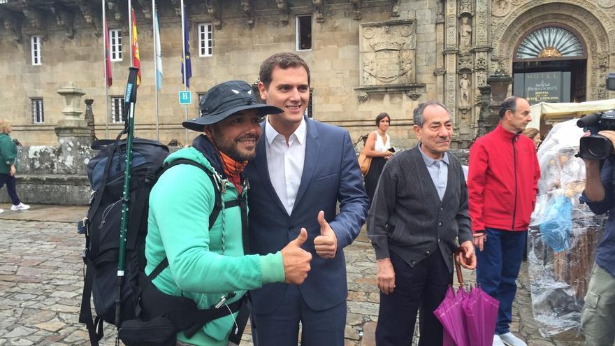 Albert Rivera saluda a un peregrino en la compostelana Praza do Obradoiro