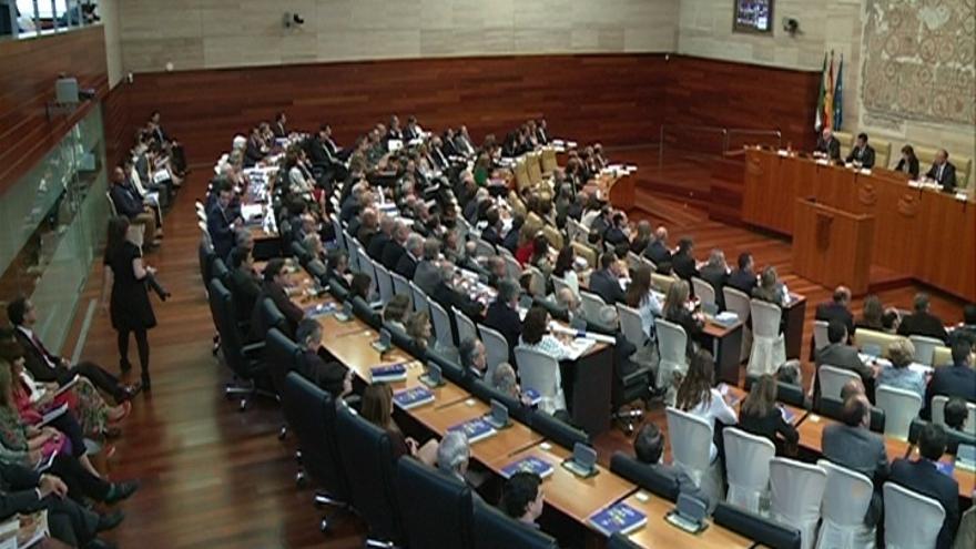 El Parlamento de Extremadura celebra el 30º aniversario de su constitución con una defensa de la etapa autonómica