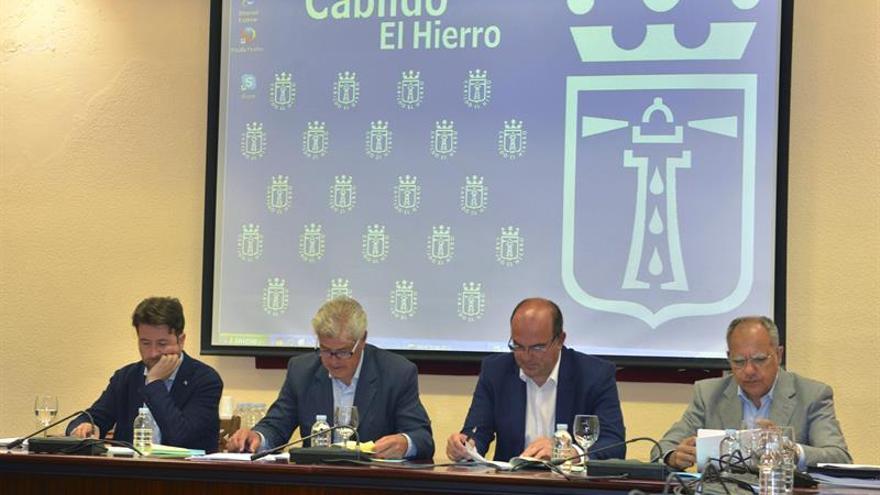 Carlos Alonso, Alpidio Armas, Anselmo Pestana y Casimiro Curbelo, durante la reunión en la que han acordado firmar un convenio de colaboración con la Comunidad Autónoma para la atribución de competencias al Tribunal Administrativo de Contratos Públicos autonómico, celebrada en El Hierro (EFE/Gelmert Finol)