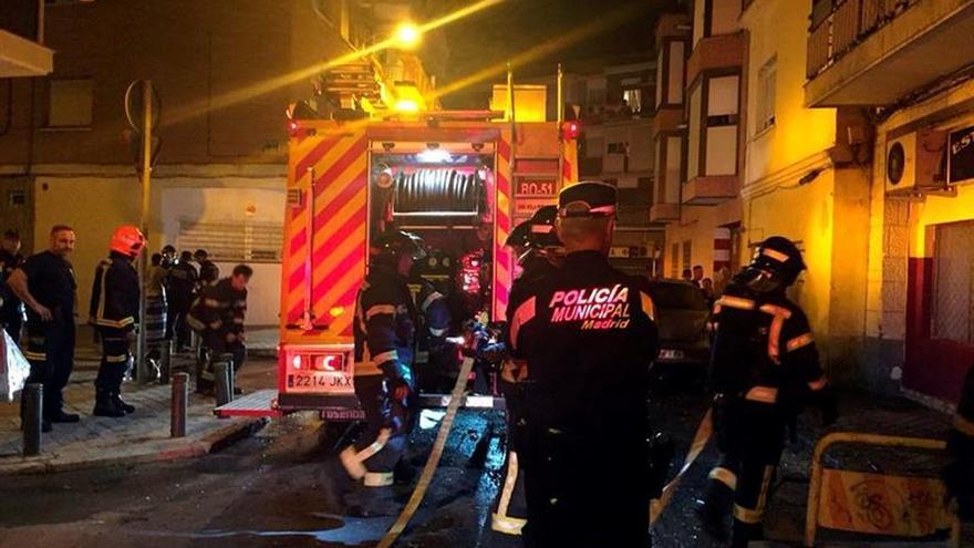 Dos heridos graves al precipitarse por una ventana al tratar de huir incendio