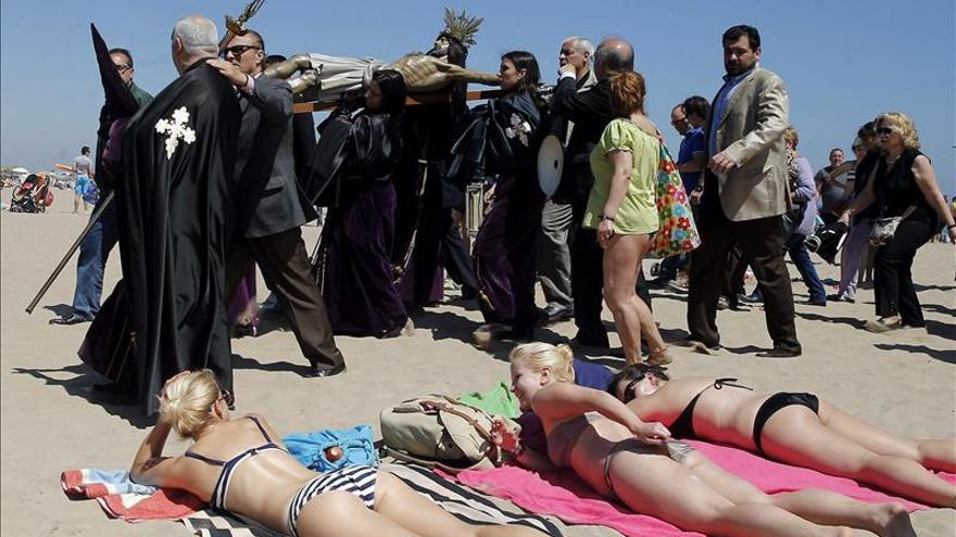 Semana Santa Marinera se traslada a playa y rinde homenaje a víctimas del mar. Karl Försterling / EFE.