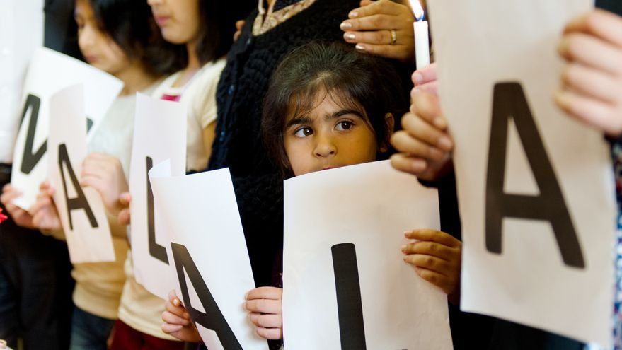 Niños sujetando pancartas con el nombre de Malala en Birmingham. Foto: LEON NEAL/AFP/Getty Images