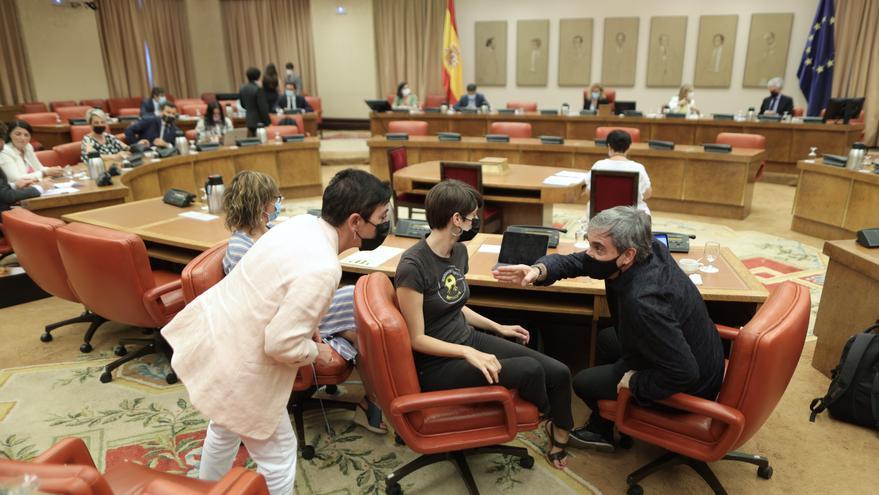 La portavoz de EH Bildu en el Congreso, Mertxe Aizpurua (2i); la diputada de ERC Marta Rosique (2d), y el diputado de ERC Francesc Xavier Eritja (1d), durante una sesión de la Diputación Permanente en el Congreso