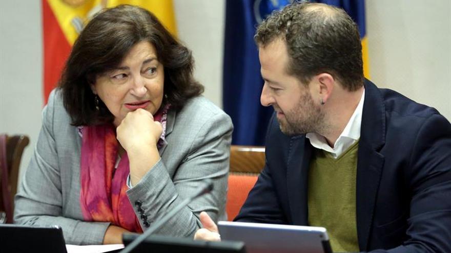 La consejera de Educación del Gobierno de Canarias, María José Guerra, conversa con el viceconsejero de Cultura y Patrimonio Cultural, Juan Márquez, durante la comisión parlamentaria.EFE/ Cristóbal García