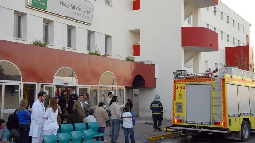 Evacuados unos 200 pacientes de hospital de Jerez por incendio sin heridos