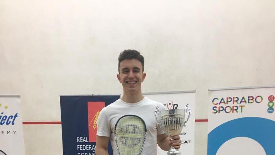 Iván Pérez, feliz con su trofeo de tercero de España.
