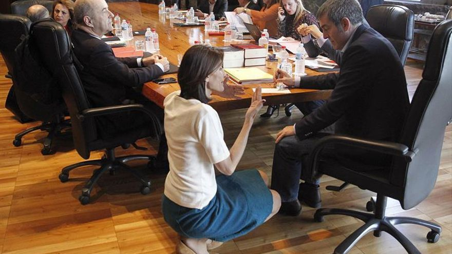 La consejera de Turismo del Gobierno de Canarias, María Teresa Lorenzo, conversa con el presidente Fernando Clavijo.