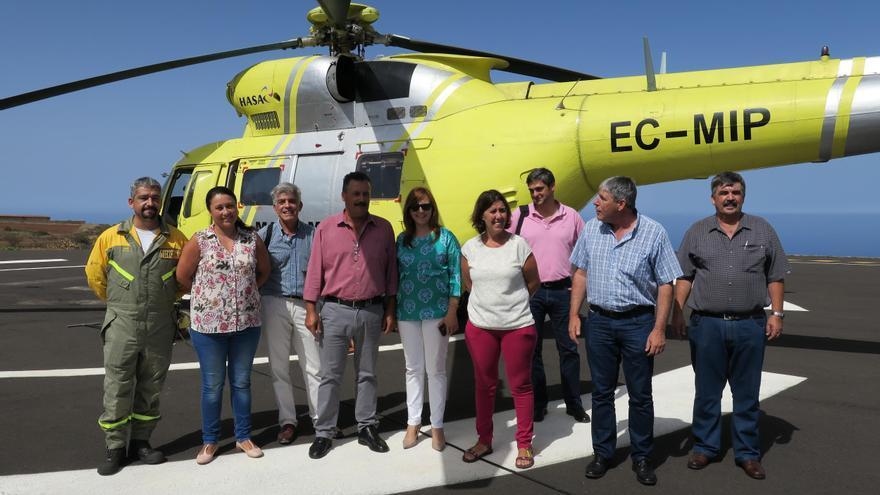 Em la imagen, un momenteo de la visita de la consejera Nieves Lady Barreto (centro) a la base de la BRIF en Puntagorda, junto con otros cargos públicos y técnicos.