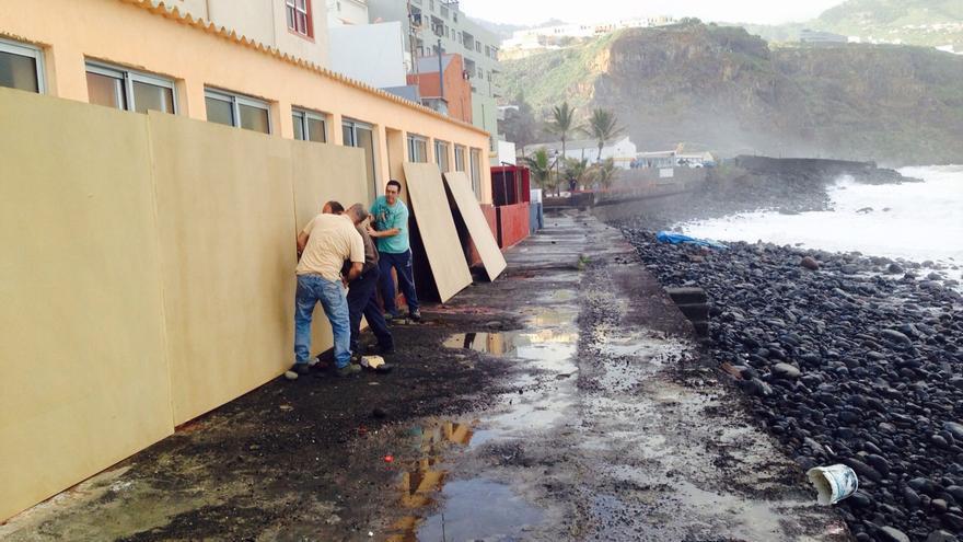 En la imagen, operarios, este miércoles, tapiando las casas del frente litoral. Foto: CARLOS ACIEGO
