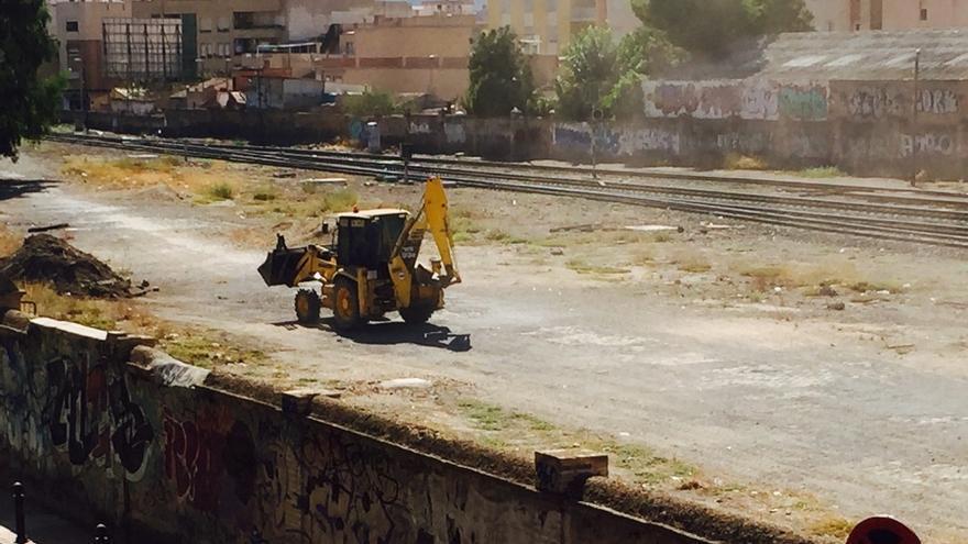 Maquinaria trabajando en el recinto de la estación del Carmen