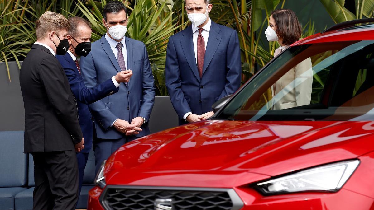 El rey Felipe VI junto al presidente del Gobierno, Pedro Sánchez, y responsable de Seat durante su visita a las instalaciones