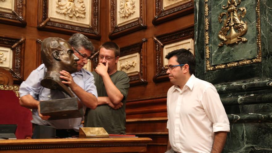 Retirada del busto de Juan Carlos I del salón de plenos / Ayuntamiento de Barcelona