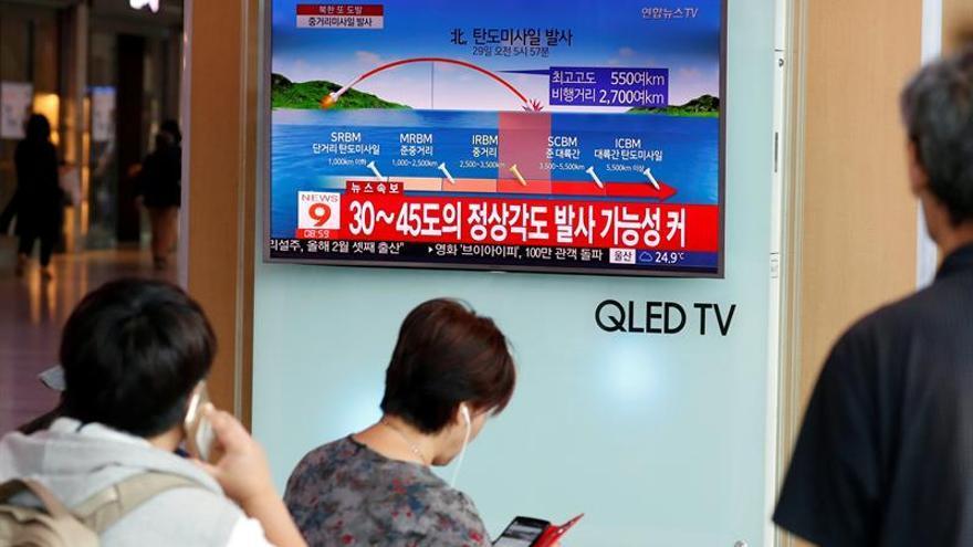 Ciudadanos surcoreanos miran una televisión que exhibe las noticias que divulgan sobre el lanzamiento más reciente de misiles balísticos de Corea del Norte, el martes 29 de agosto de 2017, en Seúl (Corea del Sur).