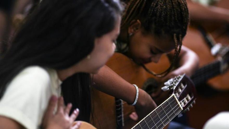 """Guitarras españolas para """"leaozinhos"""" en una favela de Río de Janeiro"""