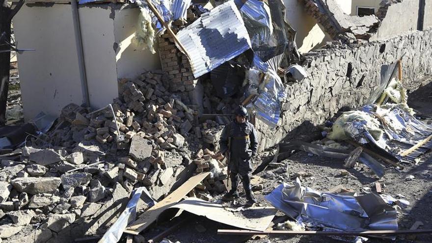 Aumentan a 60 los muertos en un ataque talibán a una base del Ejército en Afganistán