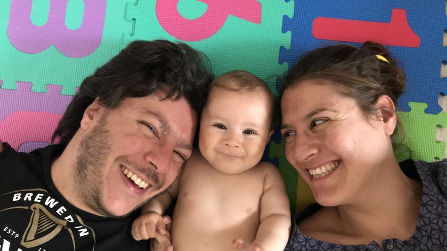 Raúl y Elena con su hija Vega.