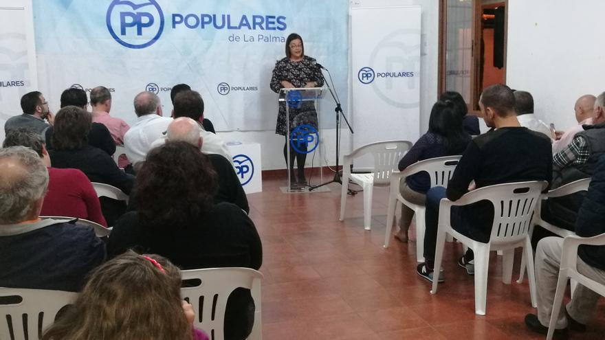 Mayte Rodríguez, este viernes, dirigiéndose a los asistentes a la asamblea local del PP en Breña Alta.