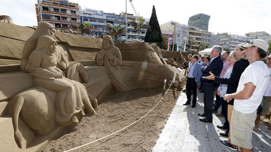 Inauguración del Belén de arena de la playa de Las Canteras.  EFE/Elvira Urquijo A.