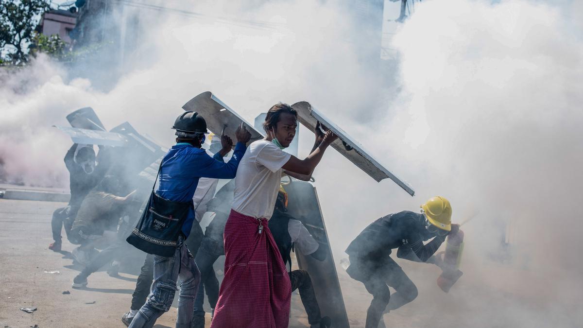 Un grupo de manifestantes en Myanmar resiste a las cargas policiales.