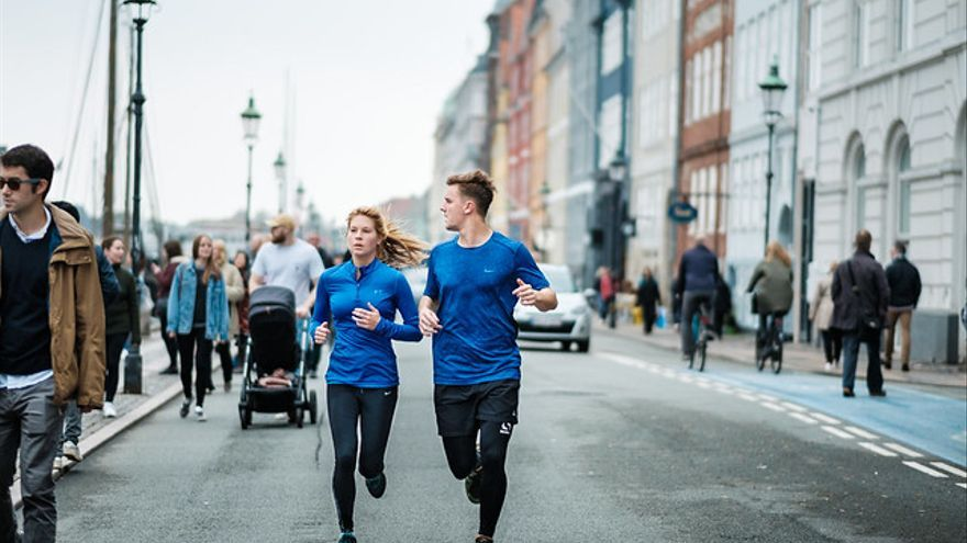 Una pareja corre Copenhague, Dinamarca.