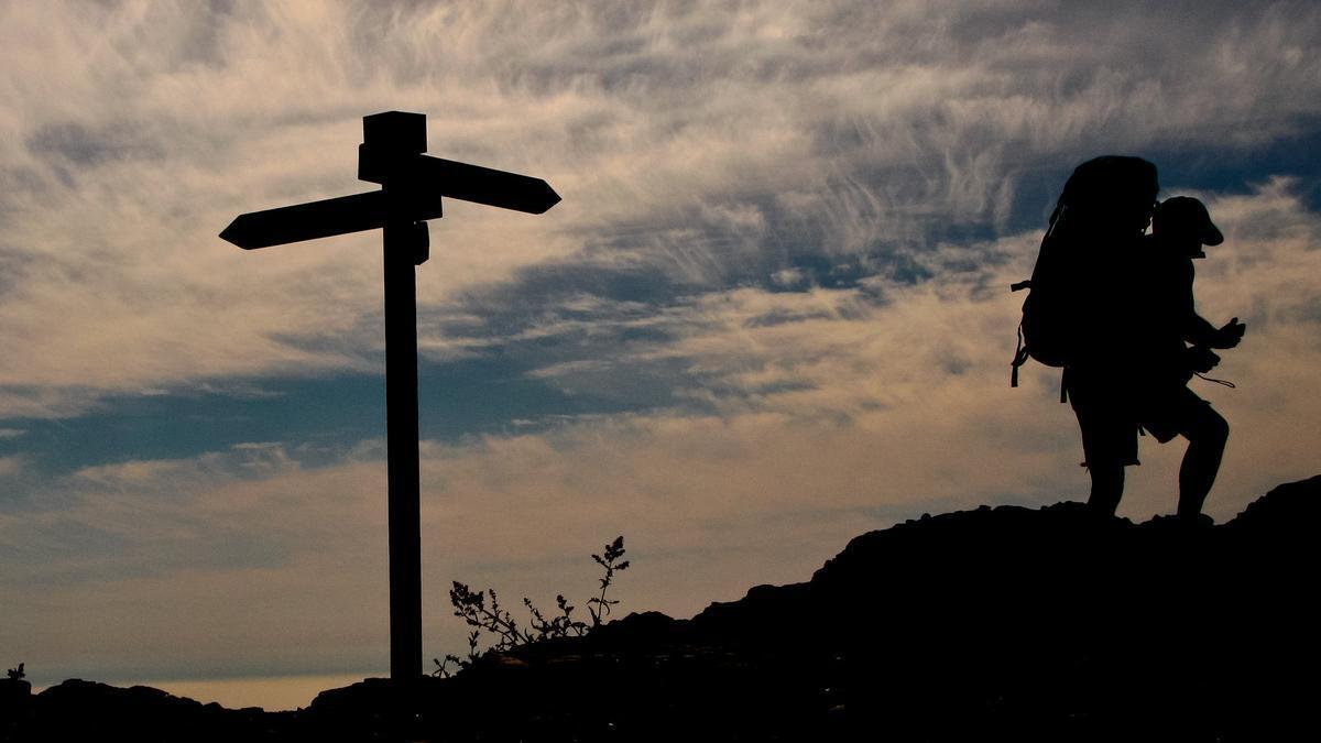 Un senderista camina por uno de los caminos de la red de senderos de Gran Canaria.