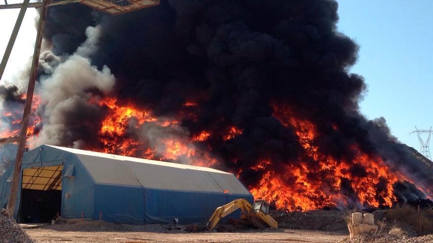 Imagen de la planta de reciclaje en llamas.